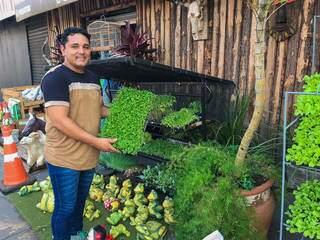 """No """"tem de tudo"""" de Dário, é possível encontrar hortaliças também. (Foto: Thailla Torres)"""