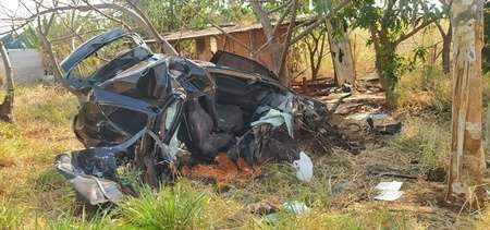 Motorista fica gravemente ferido após colidir carro contra árvore na MS-162