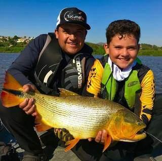 José Ricardo com seu pai segurando um Dourado. (Foto: Mirim Pantaneiro)