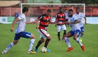 Atacante do Águia Negra tenta escapar da marcação do Aquidauanense em jogo do Estadual. (Foto: Franz Mendes)