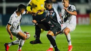 Disputa de bola durante o duelo entre Ponte Preta e Operário, nesta noite. (Foto: Twitter/Ponte PretaFC)