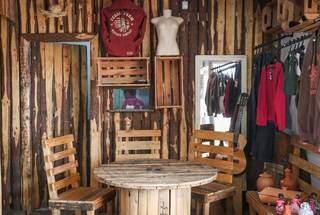Local decorado pelo dono ainda tem roupas e artigos para decoração. (Foto: Henrique Kawaminami)