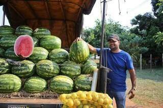 Osni mostra o caminhão lotado de melancias, mas diz que vende 150 por dia no calor. (Foto: Paulo Francis)