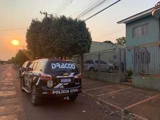 Viatura do Dracco em frente à casa de empresário, alvo de operação em Maracaju. (Foto: Divulgação)