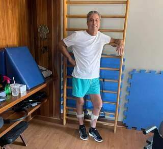 Murilo Zauith sorridente durante fisioterapia (Foto: Reprodução das redes sociais)