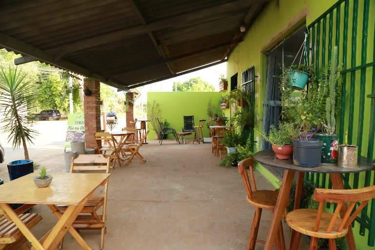 Dai colore varanda para mudar dia da vizinhança com pão na chapa e café