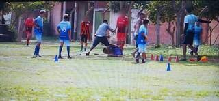 Foto tirada no local mostra o rapaz caído no chão e um homem, com objeto na mão, partindo para cima dele (Foto: Direto das Ruas)