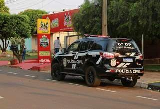 Movimentação de policiais no local onde aconteceu o crime na tarde de ontem (Foto: Kísie Ainoã)