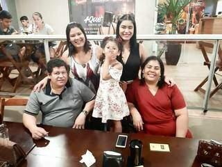 Família de Yara, quando o pai, Adilson Medeiros ainda estava vivo. (Foto: Arquivo Pessoal)