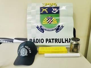 Drogas e bonês apreendidos pela polícia. (Foto: Adilson Domingos)