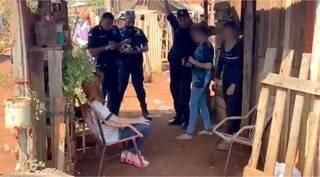 Policiais paraguaios ouvem adolescentes e moradora que as encontrou. (Foto: Futura FM)