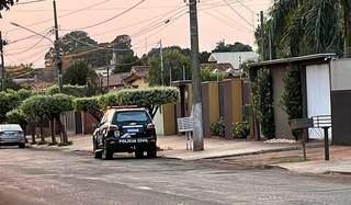 Viatura da Polícia Civil na casa do ex-prefeito de Maracaju, Maurílio Azambuja. (Foto: Tudo do MS)