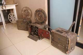Aparelhos portáteis, os primeiros utilizados nas sessões do cinema em Miranda. (Foto: Paulo Francis)