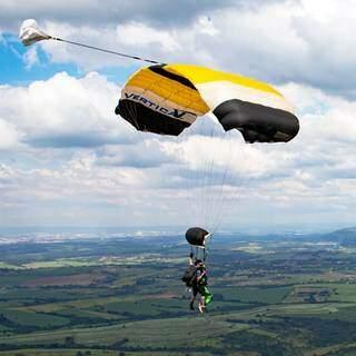 Momento em que o instrutor abre o paraquedas. (Foto: Sunset SkyDive)