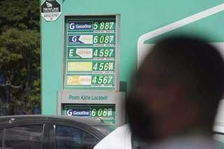 Placa de valores em posto de combustíveis da Capital. (Foto: Marcos Maluf/Arquivo)