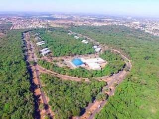 """Parque dos Poderes visto do alto, o """"coração verde"""" da Capital (Foto: Campo Grande News /Arquivo)"""