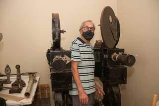 Seu Mário com os equipamentos do antigo Cine Marabá, em Miranda. (Foto: Paulo Francis)