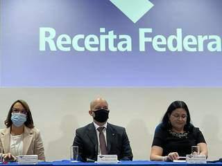 Novo delegado Clovis, ao centro, durante solenidade de posse. (Foto: Receita Federal em Campo Grande)