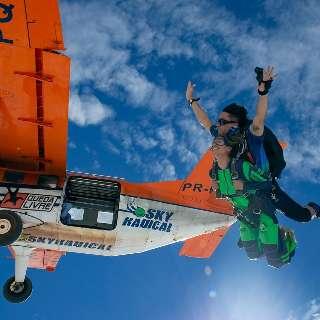 Tem coragem? Outubro terá salto de paraquedas a partir de R$ 1 mil