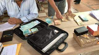 Agentes contam dinheiro e cheques apreendidos em operação, hoje cedo (Foto: Divulgação)