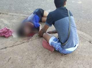 Mulher correu e pediu ajuda em rua do bairro Tijuca. (Foto: Direto das Ruas)