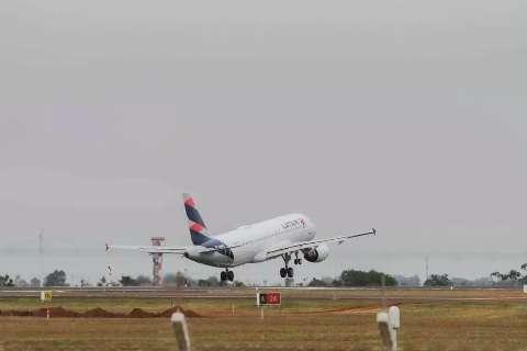 Homem desiste de viajar e provoca tumulto dentro de avião