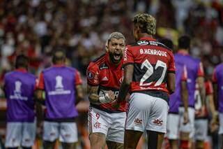 Bruno Henrique e Gabibol comemorando a vitória desta noite. (Foto: @mcortesdasilva8 / CRF)