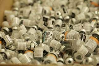 Frascos de vacinas já utilizados em ponto de imunização (Foto: Kísie Ainoã/Ilustrativa)