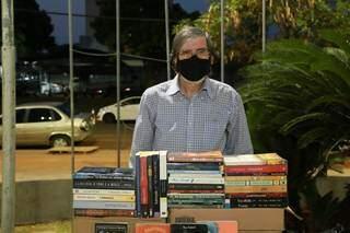 Raimundo também divulga os livros na internet e realiza entregas durante a semana. (Foto: Kísie Ainoã)
