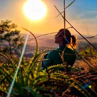 Contemplação do pôr do sol no Morro do Ernesto. (Foto: @morrodoernesto)