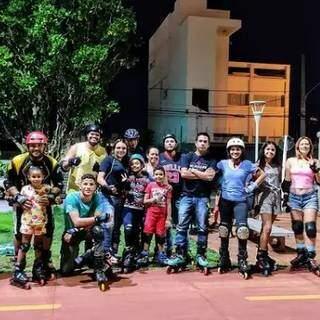 Galera do patins reunida na Orla Morena. (Foto: @galeradopatins)