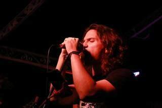Vocalista da banda A Arca soltou a voz e fez a galera se animar ao som do rock. (Foto: Kísie Ainoã)