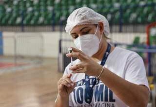 Profissional prepara aplicação de dose. (Foto: Paulo Francis/Arquivo)
