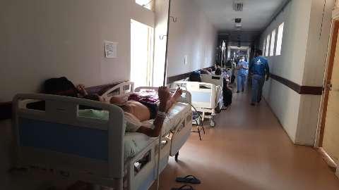 Supelotado, HU volta a atender pacientes em corredor