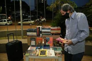 Raimundo visita sebos para encontrar livros e depois vendê-los nas ruas. (Foto: Kísie Ainoã)