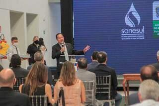 Diretor da Sanesul, Walter Carneiro Jr, com a logo da empresa ao fundo, em evento realizado em Campo Grande. (Foto: Marcos Maluf/Arquivo)