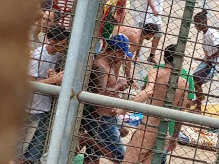 Sem ligar para seguranças, presos usam celulares até em banho de sol na Máxima