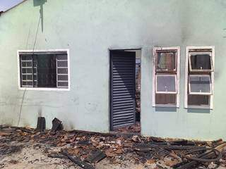 A casa de Suzan e Leandro foi destruída pelo fogo. (Foto: Arquivo Pessoal)