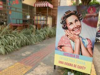 A placa com imagem da Dona Florinda é um convite. (Foto: Suzana Serviam)