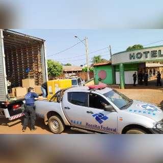 Receita e Polícia Federal usam caminhão para recolher contrabando em hotéis