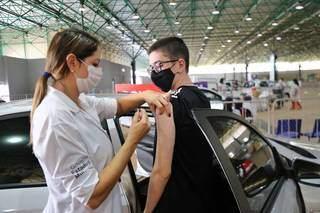 Adolescente recebendo o imunizante em Campo Grande. (Foto: Paulo Francis)
