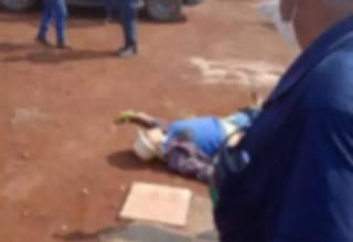 Corpo do pedreiro caído após ser alvejado. (Foto: Direto das Ruas)