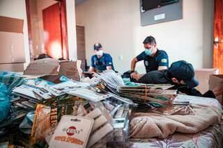 Agentes da PF e da Receita em quarto de hotel, entreposto do crime organizado. (Foto: Divulgação)