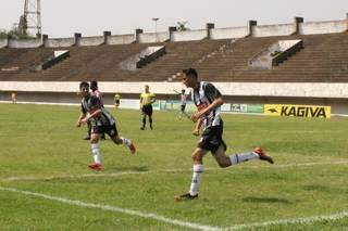 Meninos do Operário comemoram gol sobre o Taveirópolis na rodada passada. (Foto: Divulgação)