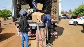 Caixas com materiais contrabandeados encontrados em hotel são colocadas em caminhão. (Foto: Adilson Domingos)
