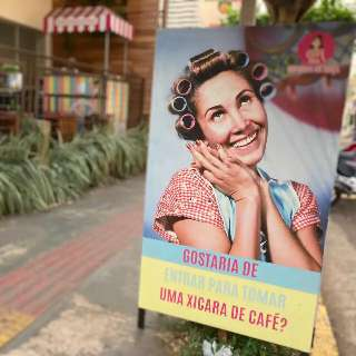 Dona Florinda convida cliente para combinar café com pastel