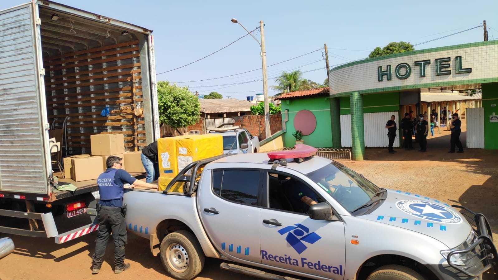 Mercadorias apreendidas em hotel de Vila Vargas são colocadas em caminhão. (Foto: Adilson Domingos)