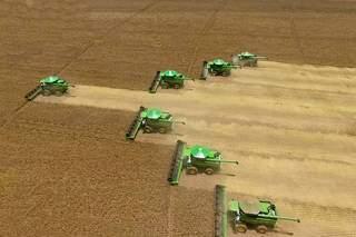 Máquinas colhendo soja em MS. (Foto: Senar/MS)