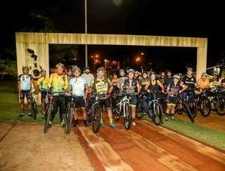 Ciclistas reunidos para passeio noturno do Paraná bikes. (Foto: @paranabike)