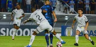 Disputa de bola durante a partida desta noite. (Foto: Augusto Oliveira/CSA)
